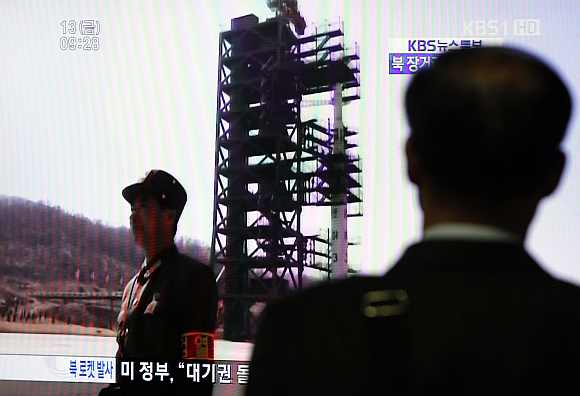 A South Korean passenger looks at a TV report on North Korea's rocket launch at Seoul railway station in Seoul April 13